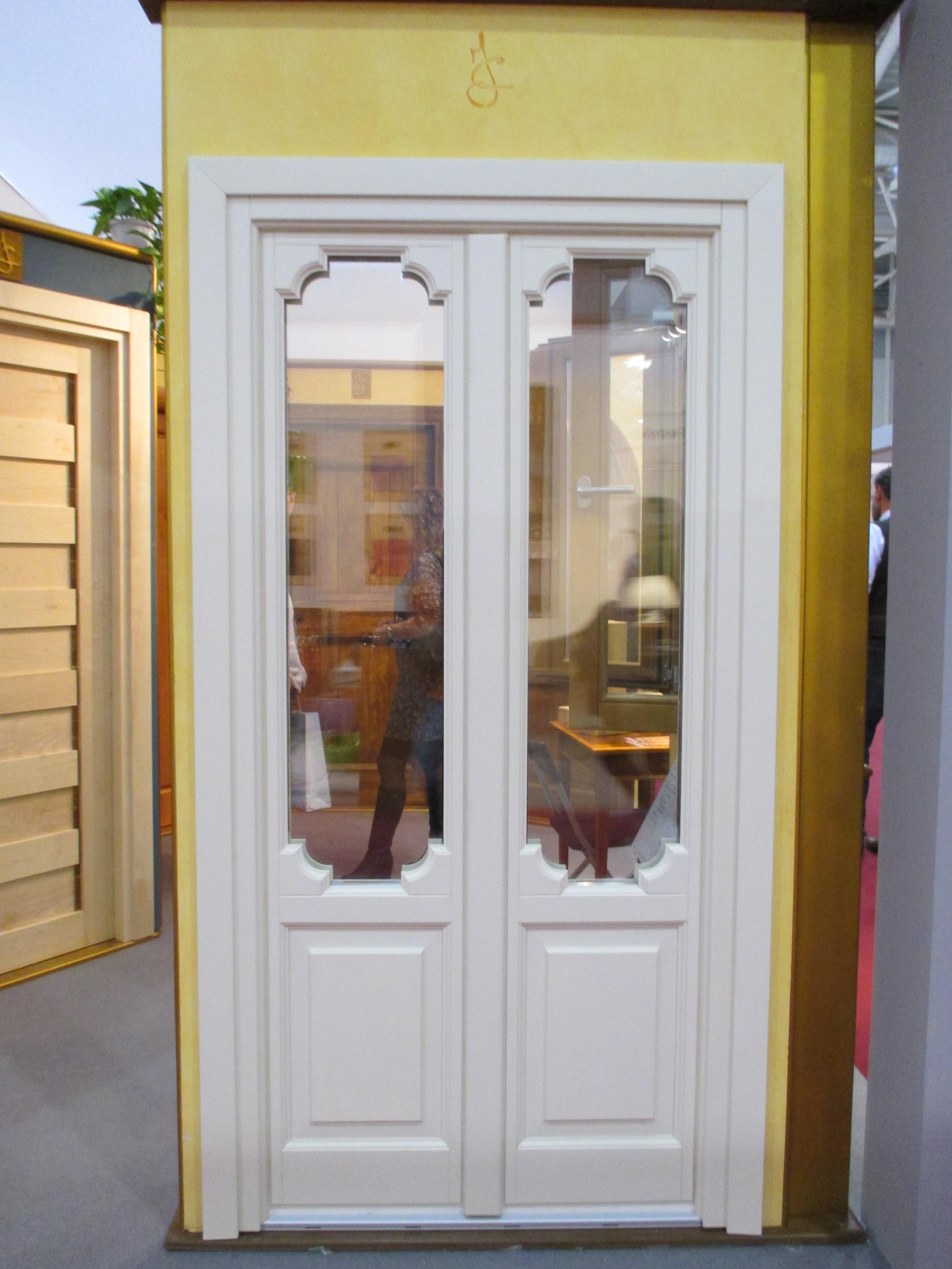 Portafinestra Mod. RESTAURO in legno di larice laccato bianco con bugne inferiori e triplo vetro nella parte superiore