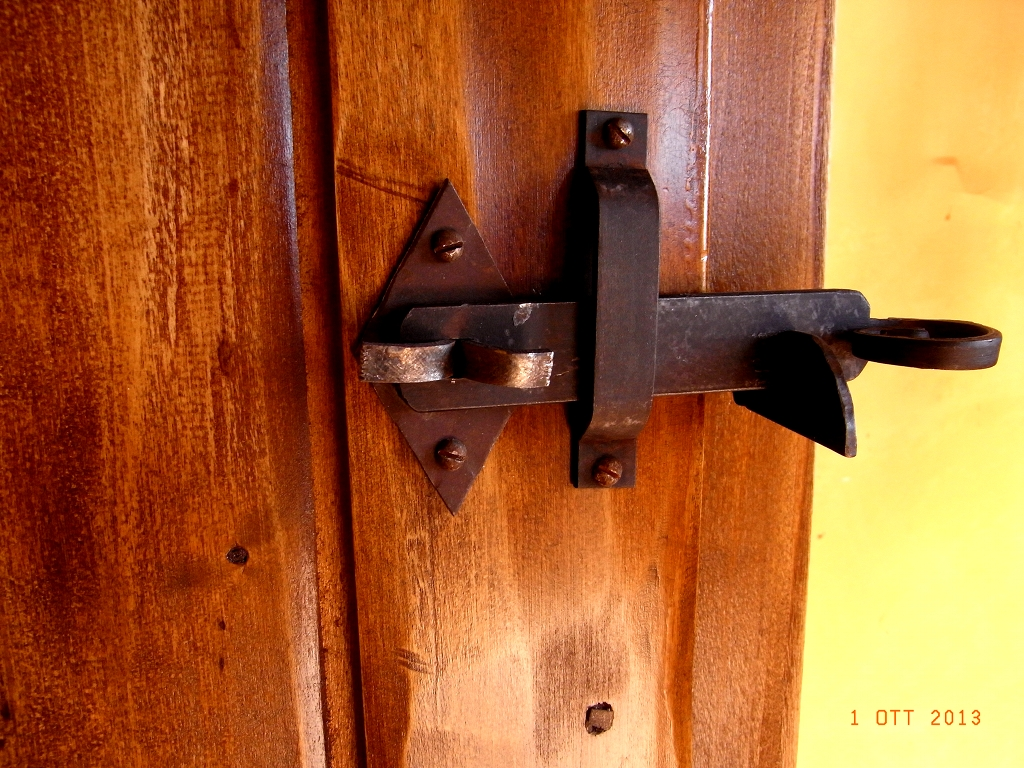Particolare di chiusura salterello su porta Mod. Casale in legno di Pioppo Anticato