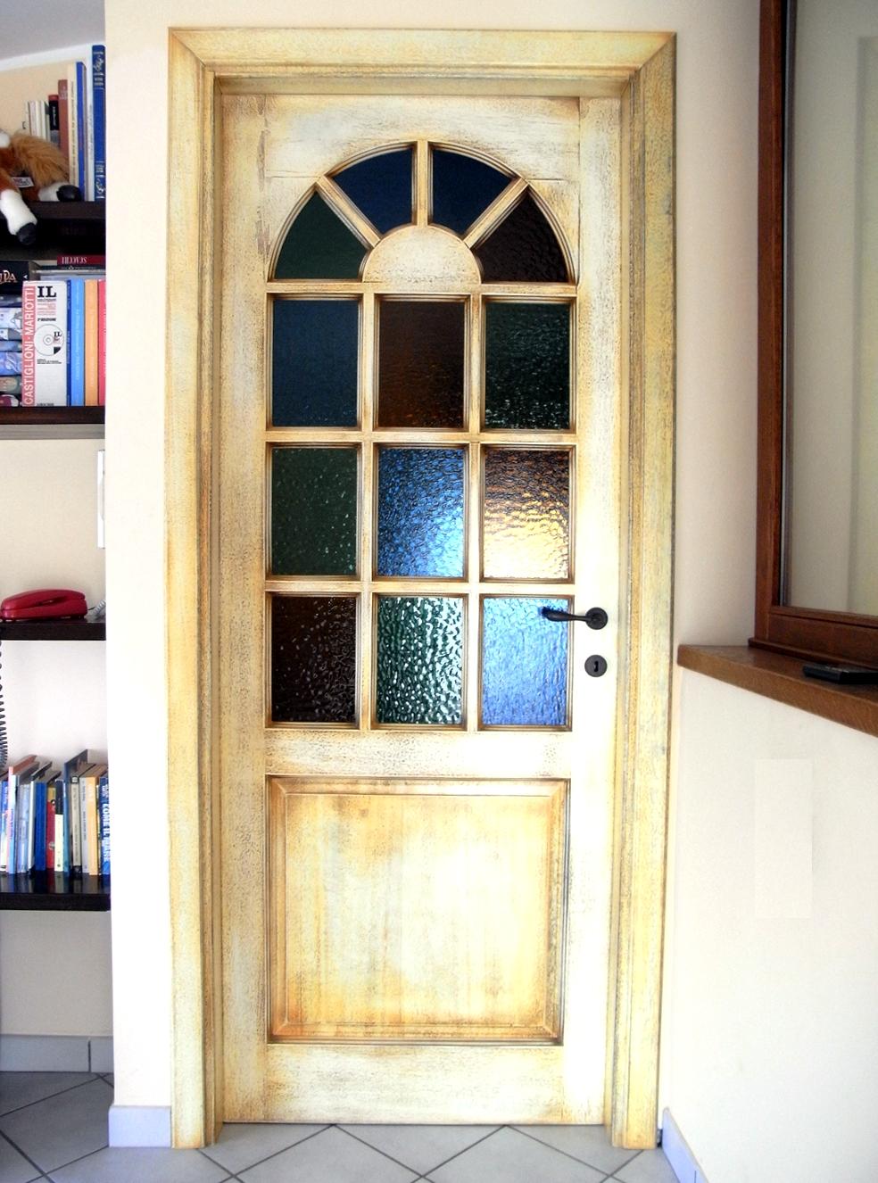 Porta-in-legno-con-verniciatura-laccata-e-anticata-all'€™inglese-con-vetri-colorati